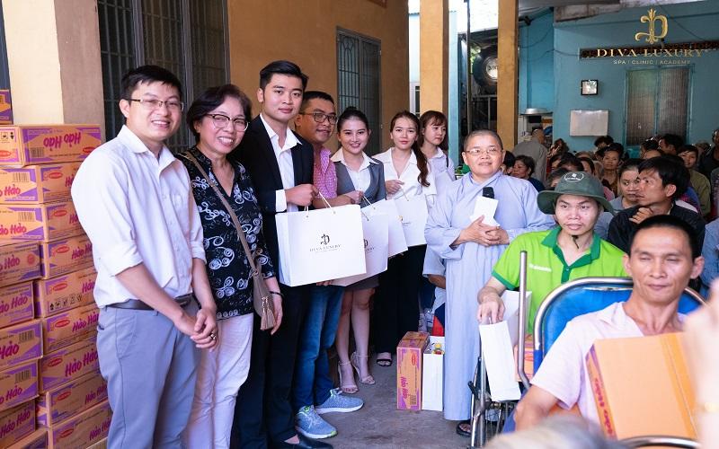 ừ sáng sớm, nhiều người dân đã có mặt tại chùa Linh Quang (Ấp 1, Xã Phú Hòa, Huyện Định Quán, Tỉnh Đồng Nai) để nhận quà từ Đoàn thiện nguyện.