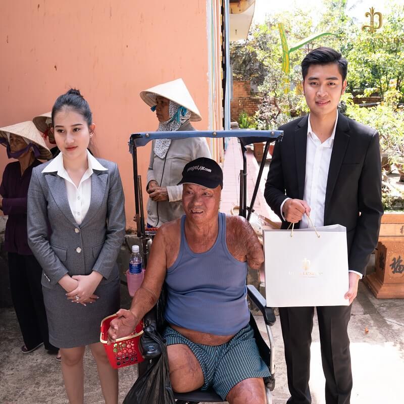 Chú Lê Văn Sơn (49 tuổi) bị cụt 1 tay và 2 chân, chú kiếm sống bằng nghề bán vé số.