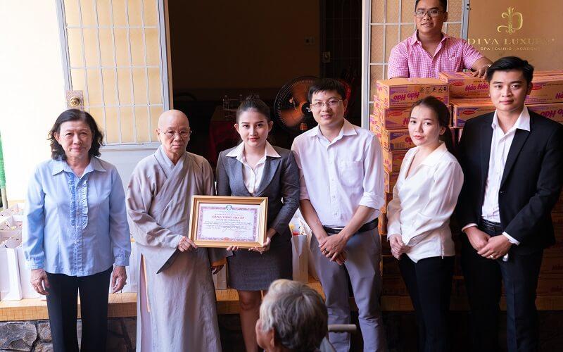 Ban thiện nguyện Viện Thẩm Mỹ DIVA đã phối hợp với Hội Chữ Thập Đỏ xã Túc Trưng và chùa Quang Linh trong công tác thiện nguyện.