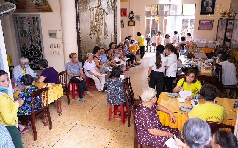 Hơn 200 người nghèo được thăm khám bệnh miễn phí