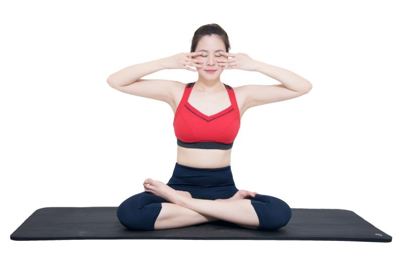 Làm thon gọn mặt bằng cách tập Yoga Face
