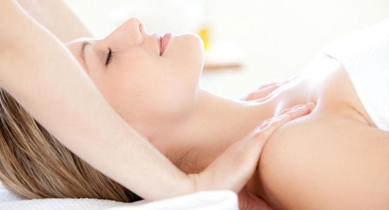 Cách làm nhỏ vòng 1 bằng massage tự nhiên